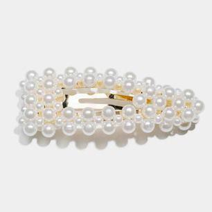 Ett hårspänne från Glitter som aldrig har kommit till användning✨ Längden är 8cm och bredden 3cm, orginalpriset är 59,90kr🌸