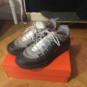 Skor Nike air Max Axis, bra skick men pyttelite slitning på höger sko dock inget som syns om man inte tittar nära. köpare står för frakten.