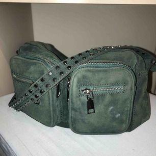 säljer denna mörkgröna väskan! pris kan diskuteras🥰