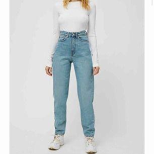 Jeans från weekday i modellen lash. Väl använda men har inga hål eller slitningar. Skriv för fler bilder😊