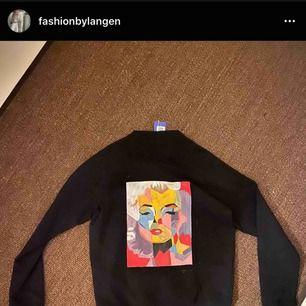Intressekoll på denna snygga tröja som jag köpte av en tjej på instagram som hon har målat trycket på själv, tyvärr är den lite stor det är storlek L men vill man ha den oversize passar den även S-M