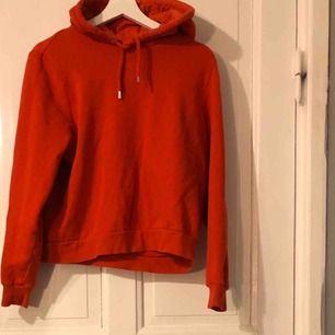 Röd hoodie från Monki, knappt använd