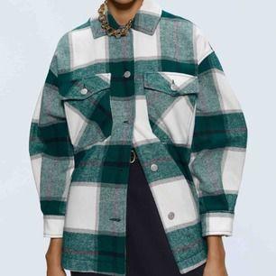 Hej, säljer min jacka från zara, köpte den förra månaden och den är helt oanvänd, så gott som ny:)