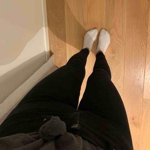 Jeans från Gina tricot i modellen Alex. Skulle säga att dom passar strl 36/38. Fint skick och använda några enstaka gånger. Nypris är 300kr.
