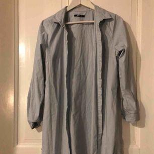 Blåvit randig skjortklänning