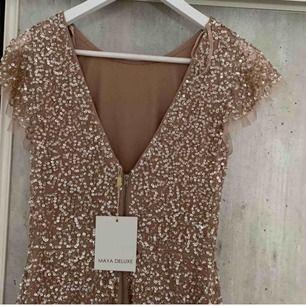 Helt ny balklänning från MAYA i storlek S. Slutsåld i den här färgen som är nude. Klänningen är i sjöjungfru modell och framhäver formerna fint. Säljer pga att jag hittat en annan klänning och perioden för retur gått ut. Jag bjuder på frakten <3