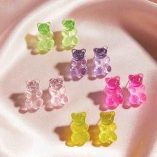 Super söta björnformade örhängen i olika färger.  Alla örhängen är självklart oanvända och nya. 99kr för alla, frakten är inkluderad. Kan även mötas upp i Lund 💕☺️