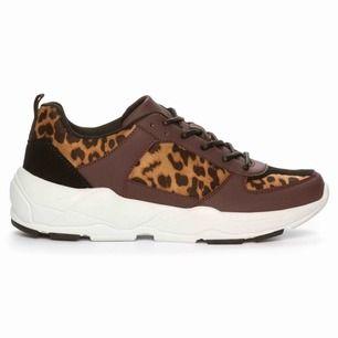 Sprillans nya skor säljes pga fel storlek. Använda endast en gång men har inget slitage. Så gott som nya helt enkelt.
