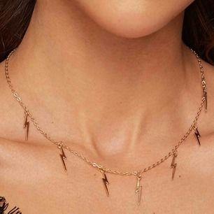 Super fint guldfärgad halsband med blixt.  Frakten är inkluderad i priset ☺️💕