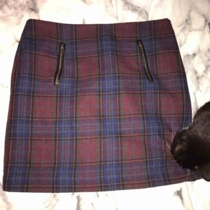 Multifärgad tyg kjol från Kappahl. Två fickor på framsidan och dragkedja på vänster sida av kjolen. Fint skick. :)