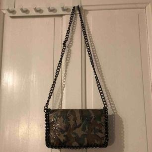 Camoflage mönstrad väska från missguided, svart ormmönster på baksidan av väskan. Inte köpt på HM!