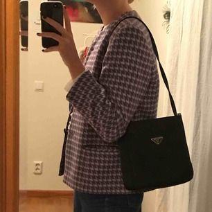 Svart Pradaväska som jag köpt second hand!  Den går att använda som crossbodybag eller oneshoulderbag! Bra skick! Möts upp i Stockholm eller fraktar!💞