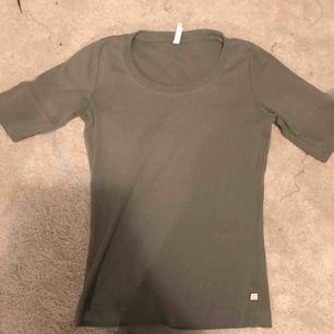 Gullig grön t shirt från flash, nyskick knappt andvänd storlek s, köpt flrra året men har tyvör tröttnat på den😢