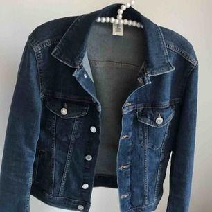 Fin jeansjacka från H&M🧥 Kan mötas upp eller fraktas, 100kr exklusive frakt💕