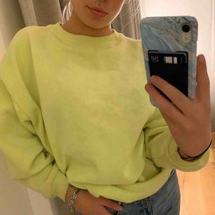Säljer denna jätte gosiga Neon sweatshirten från pull&bear. Det är storlek S men den är lite oversized vilket är snyggt.
