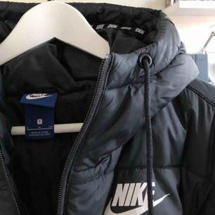 Säljer min superfina Pufferjacket från Nike, extremt bra skick då den är sparsamt använd🌼 Nypris var runt 1000:-