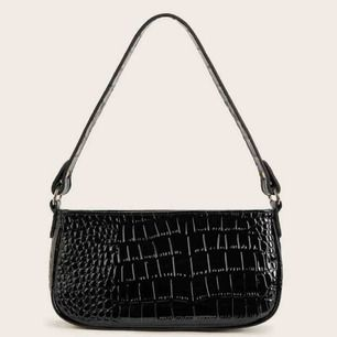 Svart trendig väska, som passar till allt. Frakten är inkluderad i priset, kan även mötas upp i Lund 💛