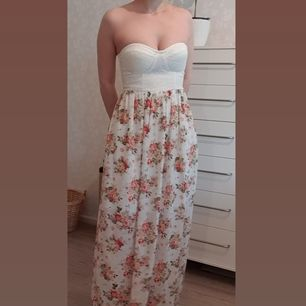 This is a maxi strapless dress from Nelly. The bottom has been hemmed to fit my height of 161cm. The dress is in perfect condition. Buyer pays for shipping.