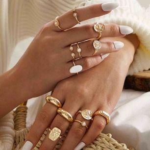 12 stycken guldfärgade ringar, med olika detaljer. Frakten är inkluderad i priset, men kan även mötas upp i Lund. ☺️💕