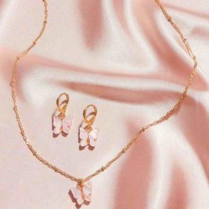 Super söta matchande örhängen och halsband med små fjärilar och guld detaljer på. Frakten är inkluderad i priset, men kan även mötas upp i Lund. ☺️💕