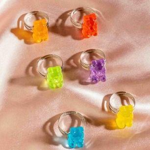 6 super söta unika silver ringar med små gummibjörnar på i olika färger. Frakten är inkluderad i priset, men kan även mötas upp i Lund. ☺️💕