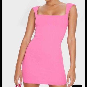 Helt oanvänd rosa klännning från Pretty little thing, storlek 38, helt ny med lappar kvar,