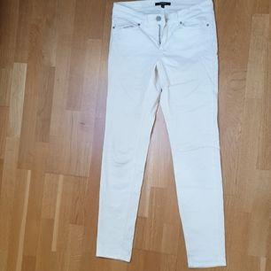 Oanvända vita skinny jeans från Lindex, deras authentic & original denim i storlek 36. Skulle säga att längden är 30 och midjan 25, passar 34/36. Kan tyvärr inte visa hur de sitter på då de har blivit för små för mig :( Frakt ligger på 66 kr <3