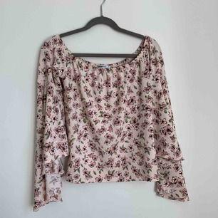 En rosa off shoulder topp med blommigt mönster, frakt ingår inte i priset