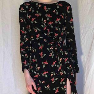 Fett gullig klänning med körsbär som passar bra till våren! Säljes i fint skick. Frakt 59 kr🍒🍒