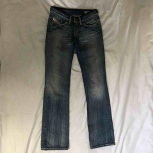 Helt oanvända diesel Bootcut jeans i en snygg blå färg. Läderdetalj vid midjan. Tror de kostade ca 500 på rea men passar tyvärr inte mig. Köpare står för frakt går att mötas upp!
