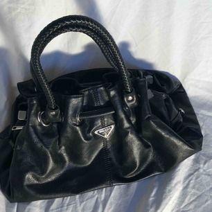 Cool svart handväska. Fake Prada men ser ändå väldigt gullig ut. Frakt 79kr. Går att mötas upp i Uppsala 🧚🏼🧚🏼