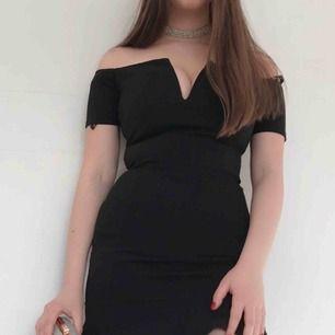 Super fin klänning i svart från missguided. Den har en urringing och volanger på nedre delen av klänningen. Den är i storlek 34/XS men passar också 36/S då den är stretchig. Frakten kostar 63 kr 💕📦