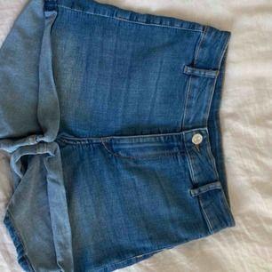 Superfina figursydda jeansshorts från h&m sällan använda därav säljer jag dom köpta för 400-300 nånting säljer för 100 (+frakt)