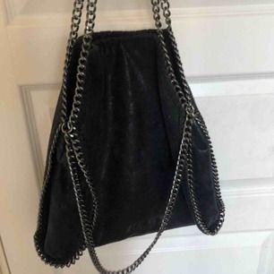 Säljer denna Stella McCartney liknande väska,väldigt fin och praktisk men inte min stil längre, möts upp i Sthlm!