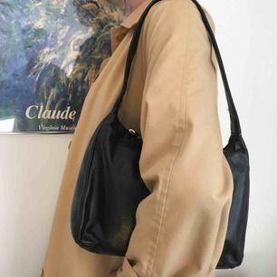 Gullig handväska hänger snyggt på axeln