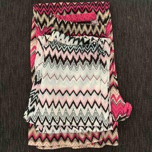 Två jättesköna byxor i storlek xs och s, sitter jättefint och perfekt till en varm sommardag då de är luftiga och lätta.