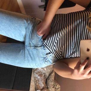 Säljer mina weekday jeans i den populära modellen Row. De är storlek 29 i midjan och 30 i längd. Inte använda mycket och är i fint skick. Passar bra nu till våren och sommaren. Möts upp i Stockholm och fraktar men köparen står för fraktkostnaden!💕