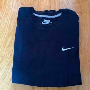 marinblå t-shirt från nike mkt bra skick stl M (herr)