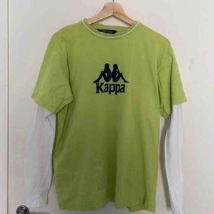 Oversized retro Kappa-tröja!! Det är två lager, alltså är det inte en tröja under. Supercool verkligen och hur bra skick som helst förutom några små fläckar (bild 3) köpt på plick men inte riktigt min stil längre, frakten är gratis!!💚✨