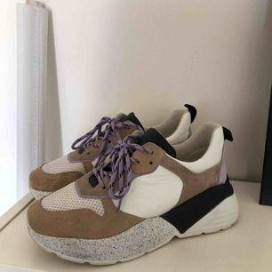 Chunky Sneakers från Rizzo med lila detaljer. Riktigt balla. Sparsamt använda. Storlek 39. (Köparen står för frakt). :)