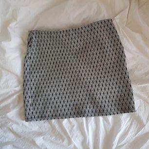 Jättefin miniskirt från Zara som aldrig har kommit till användning! Matchande top finns! Strechig midja och väldigt fint utformat mönster.