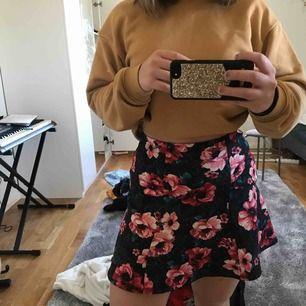 Super gullig kjol från Hollister, använd fåtal gånger och är alltså väldigt bra skick, det är storlek XS men passar även S och M.   Köparen står för fraken