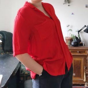 tunn röd/neon skjorta med kortare fram/längre bak      🗞️frakt ingår i priset
