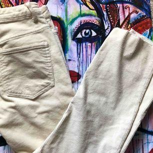 Säljer dessa Manchester byxor i krämvit. Super snygga!