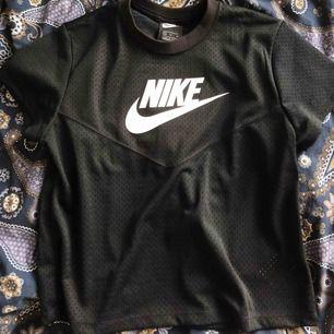 Svart Nike träningströja, stl M men sitter som en S, aldrig använt🦋