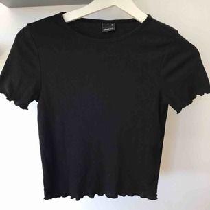 Jättesöt ribbad topp / t-shirt från Gina Tricot i strl XS. Väldigt stretchig, så passar säkert som en S också. Säljer då jag har flera andra liknande toppar. Endast använd ca 2 gånger. (Nypris ca 149kr)