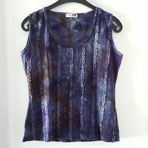 Vintage blått batiklinne i storlek M. Fraktkostnad blir 47kr.