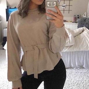 Jättefin stickad tröja med bälte från bubbleroom. Aldrig använd. Frakt tillkommer på 40 kr 🥰