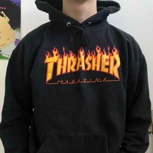 Säljer min brors gamla Thrasher hoodie. Den är äkta och nypriset var 1000 kr. Den är använd men i bra skick, inga slitningar. Frakt tillkommer:)