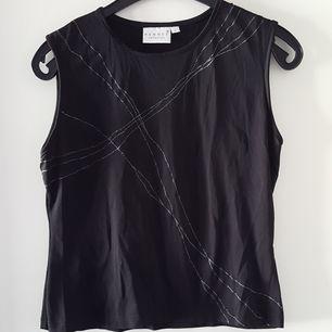 Vintage svart linne med glittriga strålar på i storlek L, upplever den ganska liten i storleken och mer som ca M. Fraktkostnad blir 47kr.